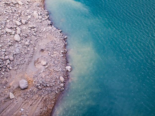 Top view.amazing nature background. l'eau de mer du lac magnifiquement turquoise