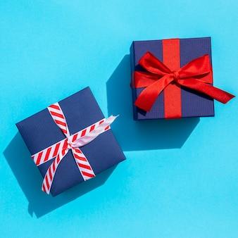 Top view cadeaux mignons sur fond bleu