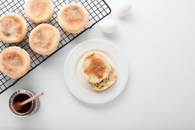 Top view collection de petits pains à côté des œufs