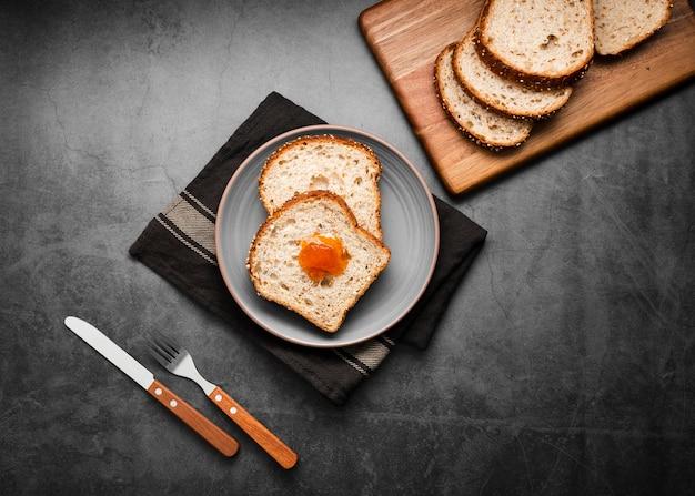 Top view collection tranches de pain avec de la confiture