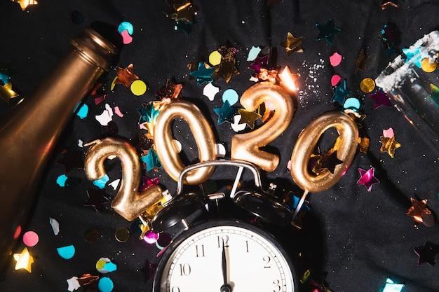Top view date du nouvel an avec des confettis