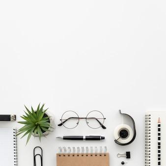 Top view desk avec fournitures de bureau