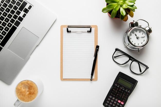 Top view desk avec presse-papiers et horloge