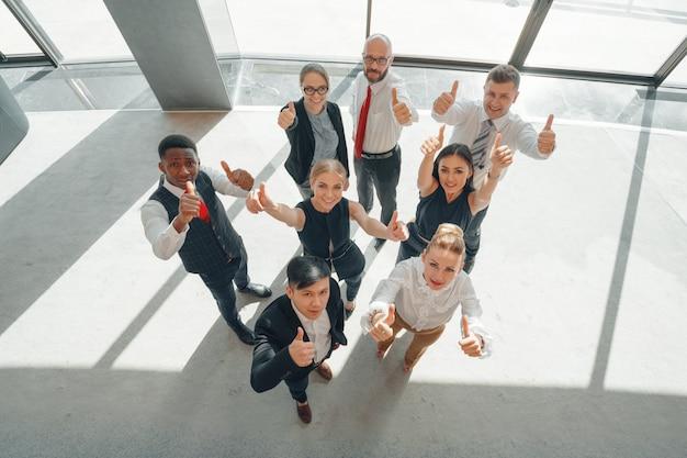 Top view. une joyeuse équipe de jeunes