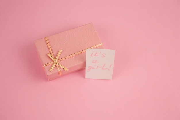 Top view pink box sur fond rose et notez-le; sa fille