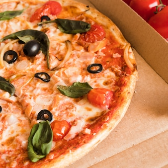 Top view pizza dans une boîte