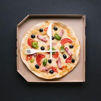Top view pizza fraîche dans une boîte