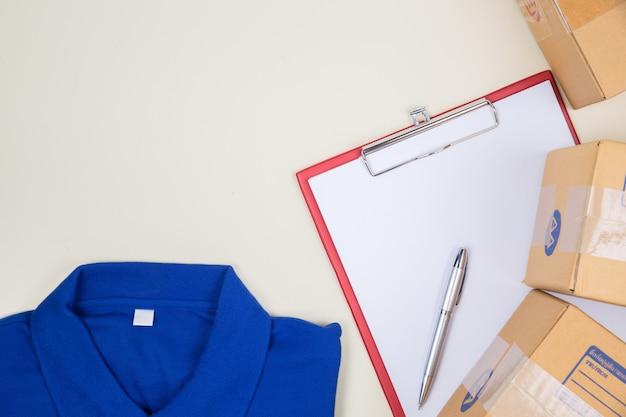 Top view shirt shop et boîte aux lettres