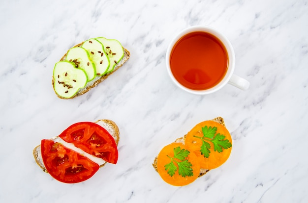 Top view végétariens délicieux sandwiches au thé