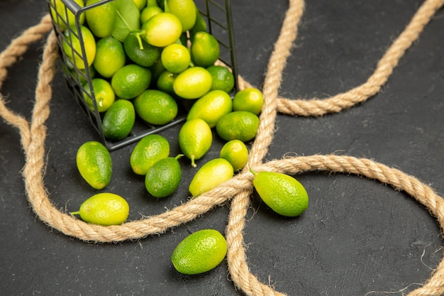Top vue en gros plan d'agrumes panier de fruits et corde