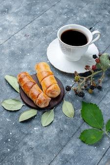 Top vue lointaine tasse de café avec des baies de bracelets délicieux doux sur gris