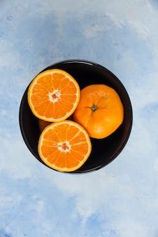 Top \ vue des mandarines clémentines dans un bol