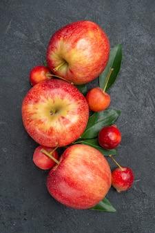Top vue rapprochée fruits les baies appétissantes et fruits avec des feuilles