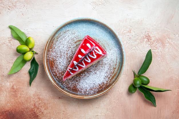 Top vue rapprochée d'un gâteau assiette bleu-brun de gâteau aux agrumes