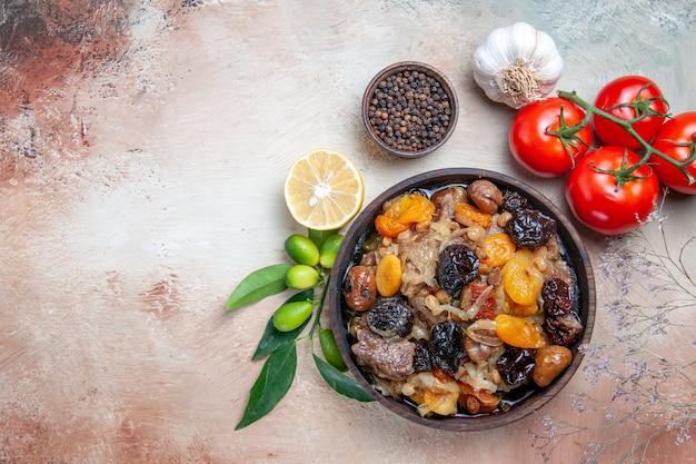 Top vue rapprochée pilaf tomates pilaf poivrons noirs citron poivre ail