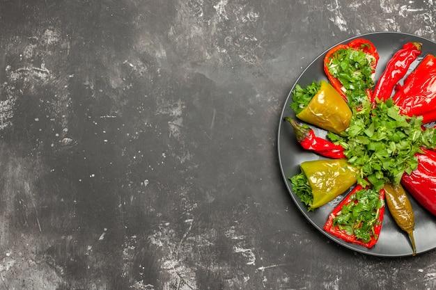 Top vue rapprochée poivre coloré différents types de poivrons aux herbes sur la table