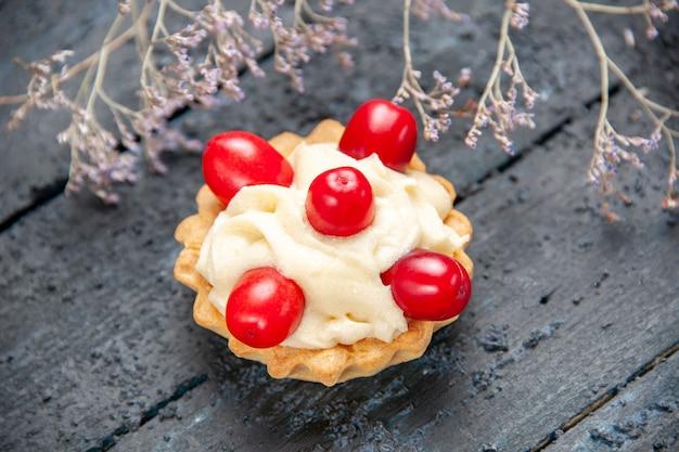 Top vue rapprochée tarte aux fruits en cornel sur un sol en bois avec espace libre