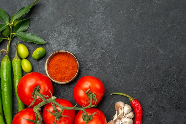 Top vue rapprochée tomates épices piments forts tomates avec pédicelles ail