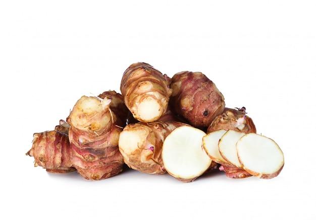 Topinambur cru frais sur fond blanc