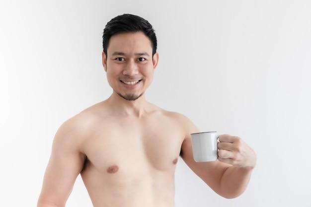 Topless homme en bonne santé boit le café sain sur fond isolé.