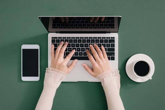 Topview ordinateur portable et ordinateur portable style plat sur fond noir vert