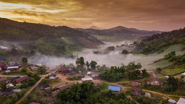 Topview village nord de la thaïlande dans le brouillard