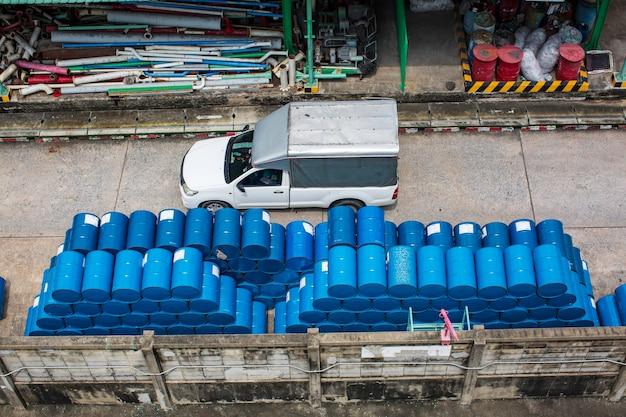 Topview voiture transport fûts chimiques barils de pétrole fûts chimiques bleus empilés horizontalement
