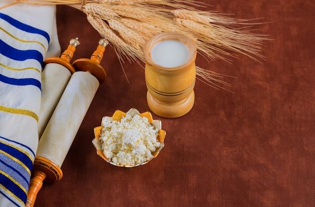 Torah et tallis dans la saison de célébration traditionnelle fête juive de chavouot sur les produits laitiers casher