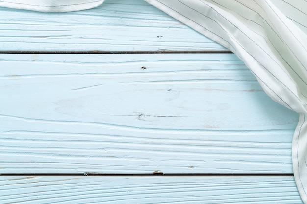 Torchon de cuisine (serviette) sur un fond en bois bleu