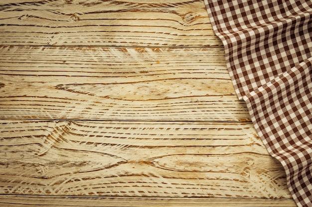 Torchon de cuisine sur la table en bois