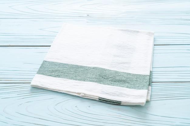 Torchon (serviette) sur fond de bois bleu