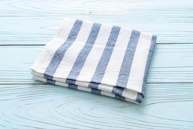 Torchon (serviette) sur table en bois bleu