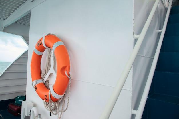 Tore de sécurité prêt à aider sur le bateau