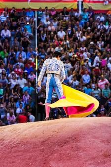 Torero faisant des mouvements devant les spectateurs
