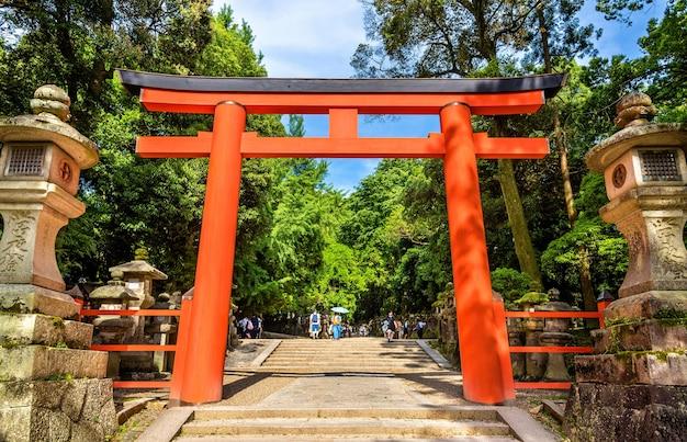Torii du sanctuaire tamukeyama hachimangu à nara, japon