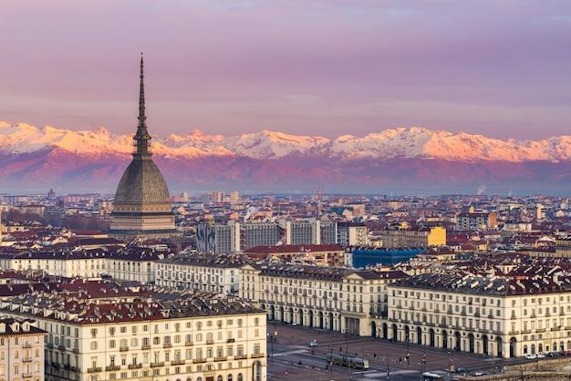 Torino (turin, italie): paysage urbain au lever du soleil avec des détails de la mole antonelliana dominant la ville.
