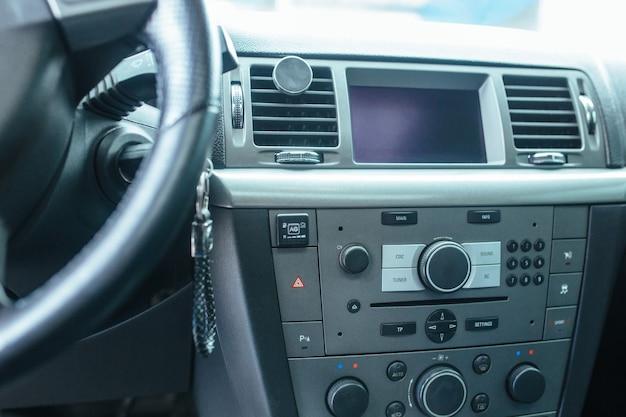 La torpille et le panneau de commande de la voiture . le concept de voitures d'occasion