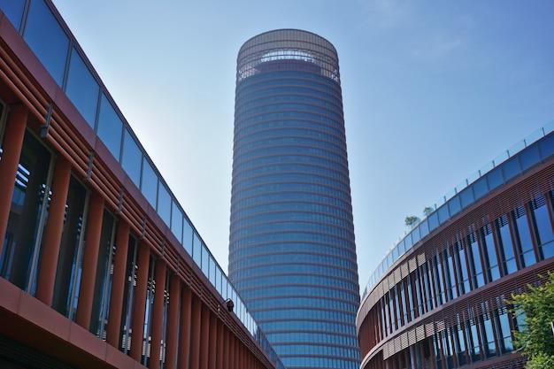 Torre sevilla ou torre pelli (tour de séville ou tour pelli), le plus haut bâtiment de la ville, du centre commercial à proximité.