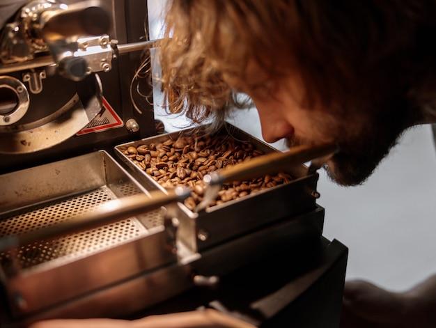 Torréfacteur professionnel utilisant une machine de torréfaction de café à l'usine