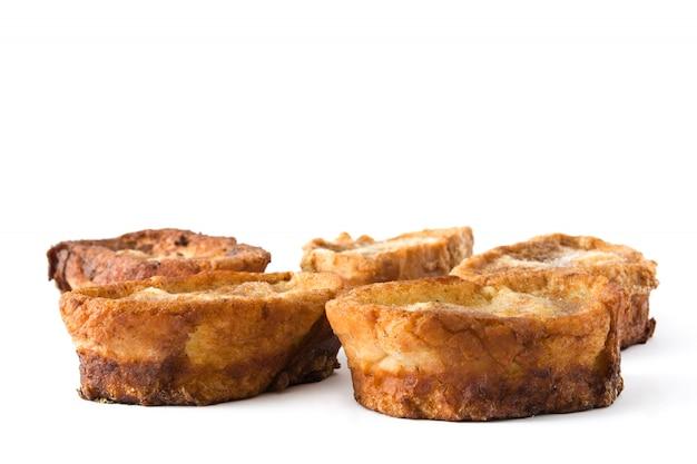 Torrijas espagnoles traditionnelles faites maison isolé sur la surface blanche dessert de pâques.