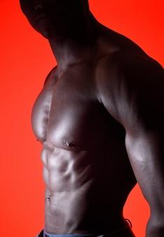 Torse d'un homme africain sur fond rouge