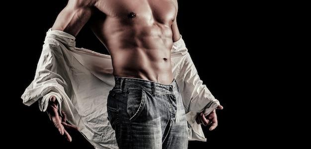 Torse de l'homme avec une chemise blanche ouverte