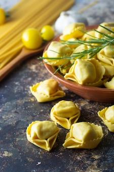 Tortellonis pâtes traditionnelles italiennes à la viande ou aux légumes