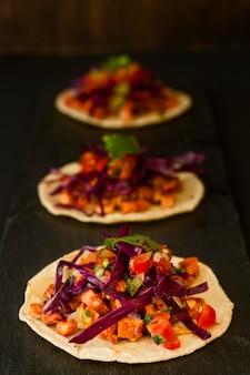 Tortilla à angle élevé avec légumes et viande
