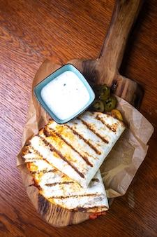 Tortilla croustillante fraîche avec garniture et sauce.