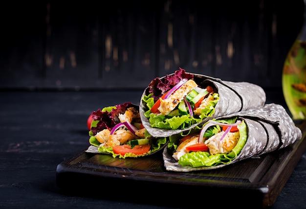 Tortilla avec encre de seiche au poulet et légumes