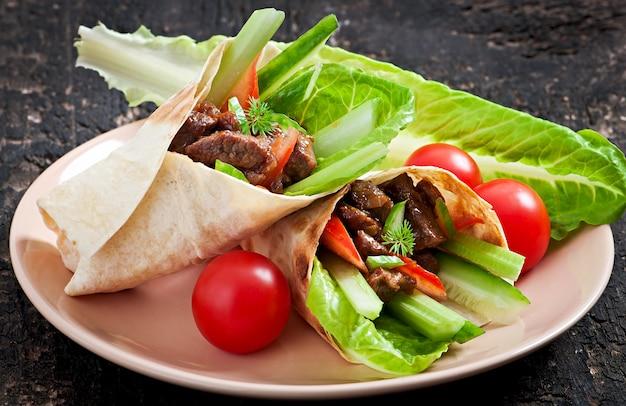 Tortilla enrobée de viande et de légumes frais