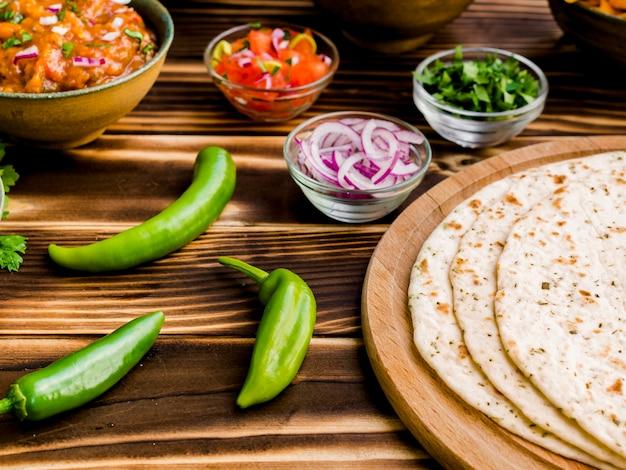Tortilla avec ensemble d'ingrédients épicés