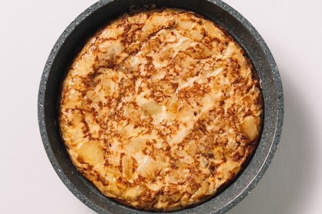 Tortilla de patatas sur blanc, plat typique espagnol