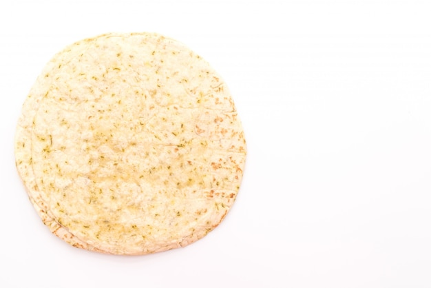 Tortilla de pâte enroule sur fond blanc
